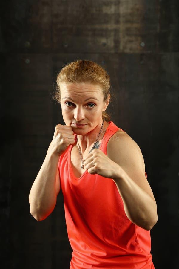 Ritratto di giovani donne atletiche nella posizione di pugilato immagini stock libere da diritti