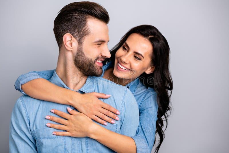 Ritratto di giovani innamorati bei affascinanti pazzi nell'amore che gode del blu d'uso isolato caro delicato pacifico immagini stock libere da diritti