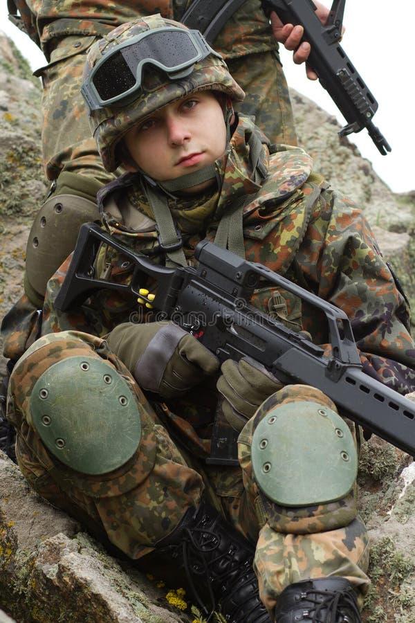 Ritratto di giovani soldati in casco fotografia stock libera da diritti
