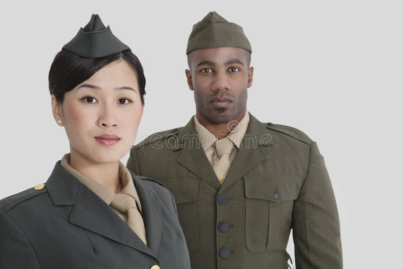 Ritratto di giovani ufficiali militari degli Stati Uniti in uniforme sopra fondo grigio fotografie stock libere da diritti