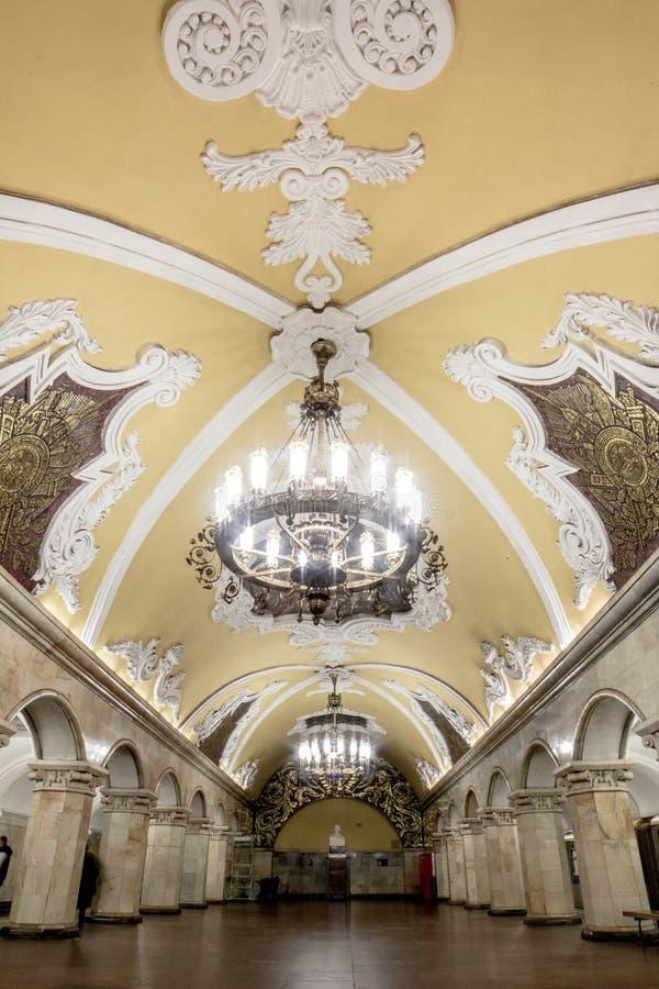 Ritratto di grande candeliere nella bella stazione della metropolitana a Mosca immagine stock libera da diritti