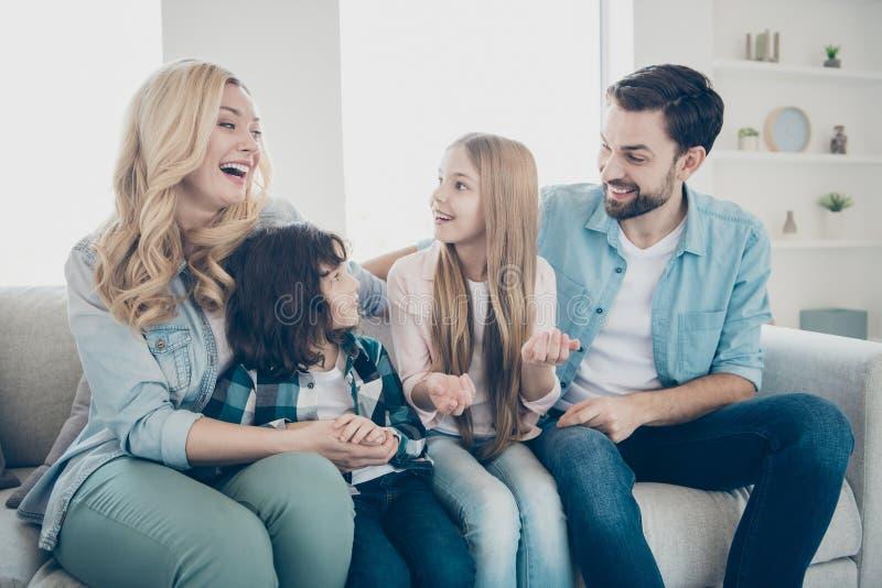 Ritratto di grande famiglia numerosa della società felice di buon umore allegra affascinante adorabile attraente attraente che po immagini stock libere da diritti