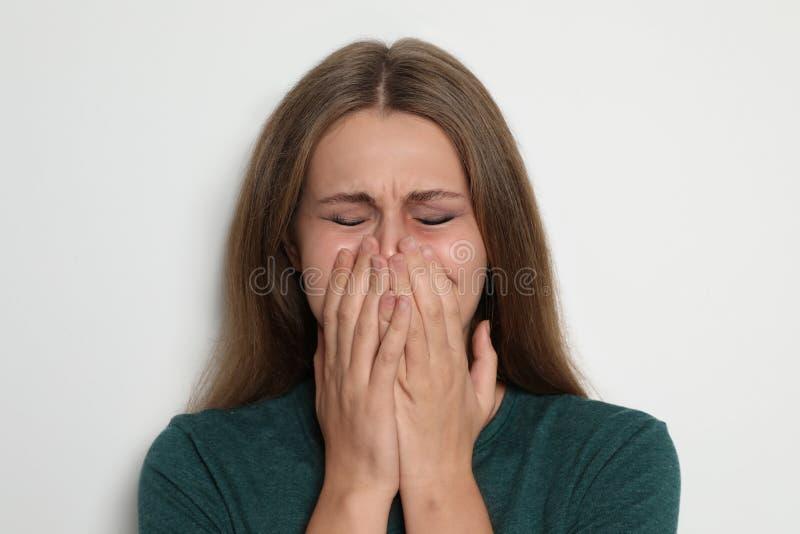 Ritratto di gridare giovane donna su fondo leggero fotografie stock libere da diritti