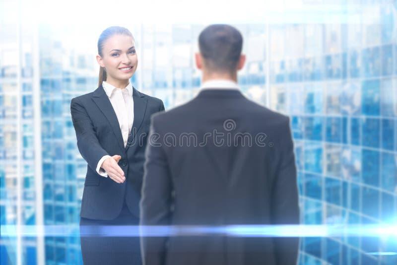 Ritratto di handshake della donna di affari con l'uomo d'affari fotografia stock libera da diritti