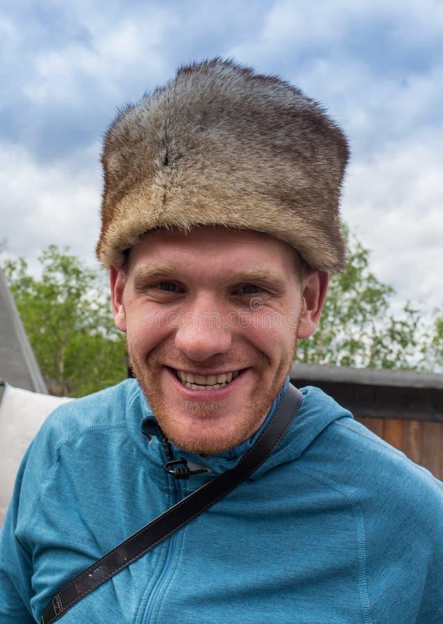 Ritratto di inverno del giovane felice che sorride in cappello fotografia stock