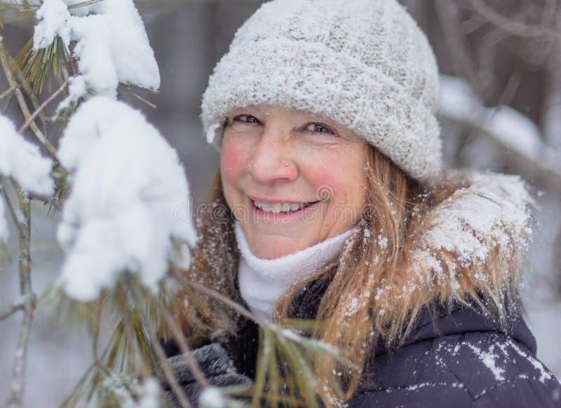 Ritratto di inverno dell'abetaia nevosa della donna felice fotografia stock libera da diritti