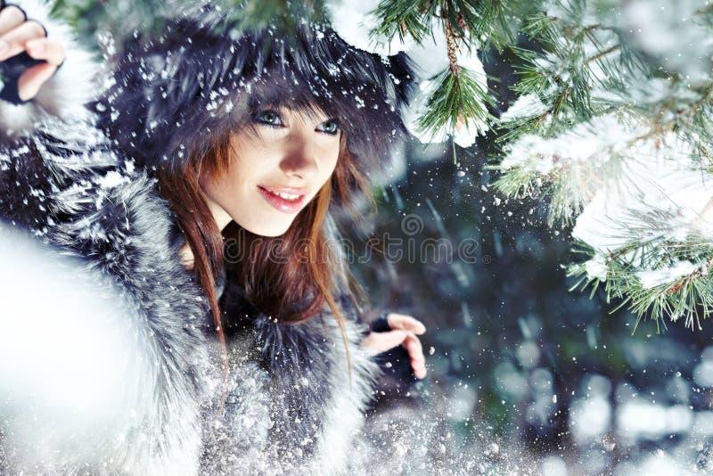 Ritratto di inverno della donna. Dof basso. immagini stock libere da diritti