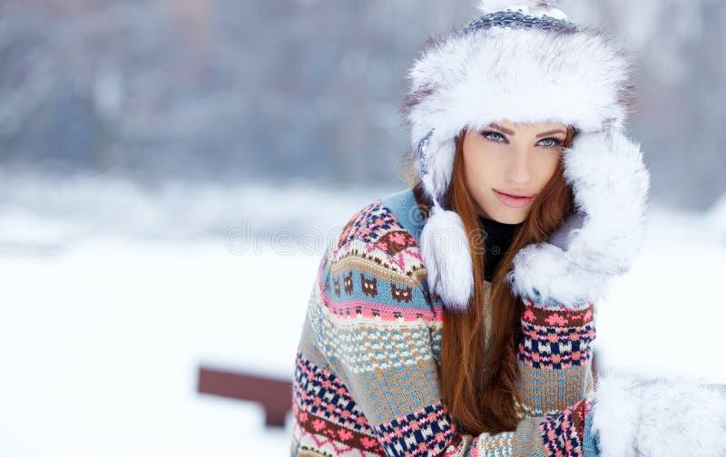 Ritratto di inverno della donna. Dof basso. fotografia stock libera da diritti