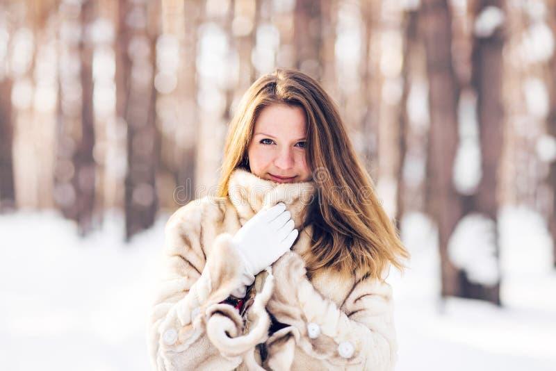 Ritratto di inverno della pelliccia d'uso della giovane bella donna Concetto di modo di bellezza di inverno della neve fotografia stock