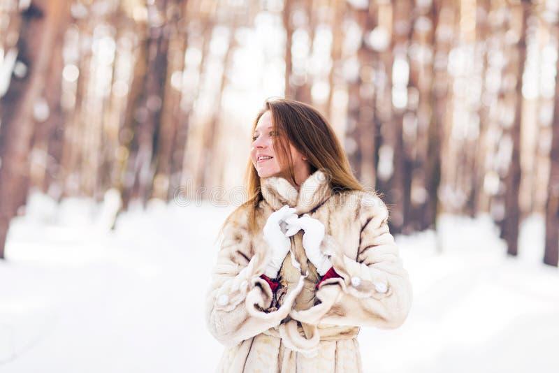 Ritratto di inverno della pelliccia d'uso della giovane bella donna Concetto di modo di bellezza di inverno della neve immagine stock libera da diritti