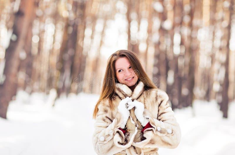 Ritratto di inverno della pelliccia d'uso della giovane bella donna Concetto di modo di bellezza di inverno della neve fotografie stock