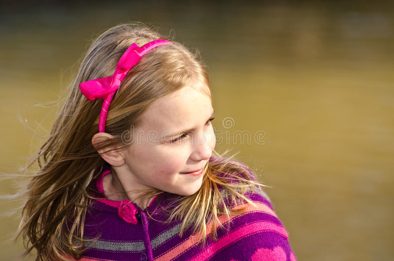 Ritratto di inverno della ragazza graziosa immagini stock libere da diritti