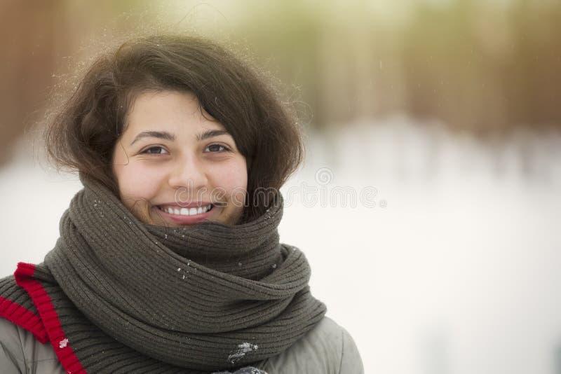 Ritratto di inverno di giovane bella ragazza castana con la sciarpa coperta in neve Concetto di nevicata di modo di bellezza di i immagini stock libere da diritti