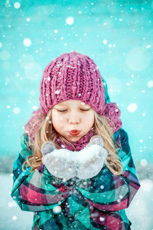 Ritratto di inverno di una bambina graziosa fotografia stock