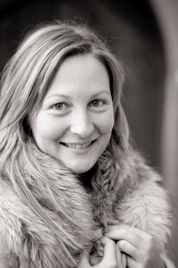 Ritratto di inverno di una donna naturale sorridente immagine stock libera da diritti