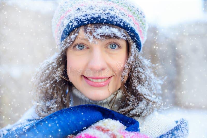 Ritratto di inverno di giovane donna Bellezza Girl di modello gioioso che tocca la sua pelle del fronte e che ride, divertendosi  immagine stock libera da diritti