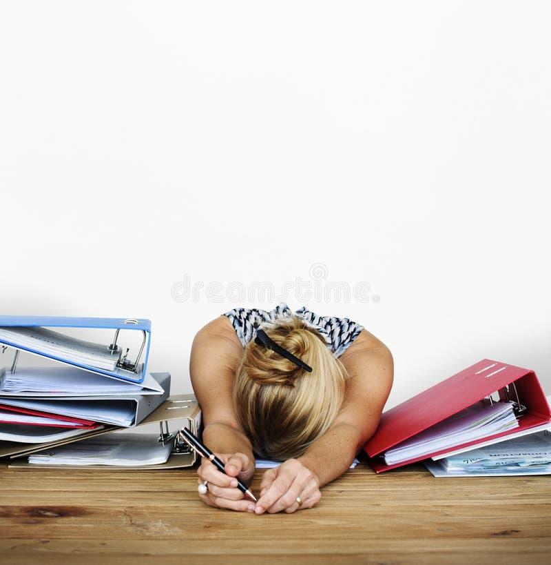 Ritratto di lavoro duro dello studio di sovraccarico di sforzo della donna fotografie stock