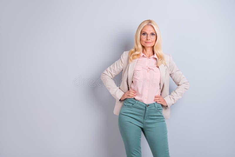 Ritratto di lei lei mani grigio-dai capelli di signora del contenuto alla moda affascinante ben curato attraente attraente di lus fotografia stock