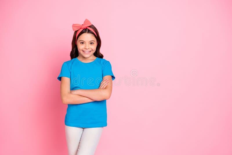 Ritratto di lei ragazza pre-teen di buon umore allegra accattivante adorabile sveglia affascinante attraente piacevole ha piegato fotografia stock libera da diritti