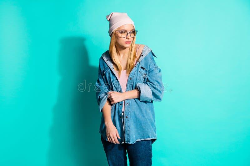 Ritratto di lei lei ragazza schietta adorabile attraente amabile del contenuto accattivante attraente che indossa il nuovo abbigl immagine stock libera da diritti