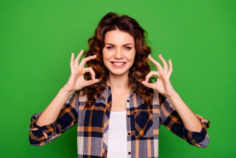 Ritratto di lei lei uso dai capelli ondulati positivo di buon umore allegro accattivante adorabile attraente attraente della raga fotografie stock