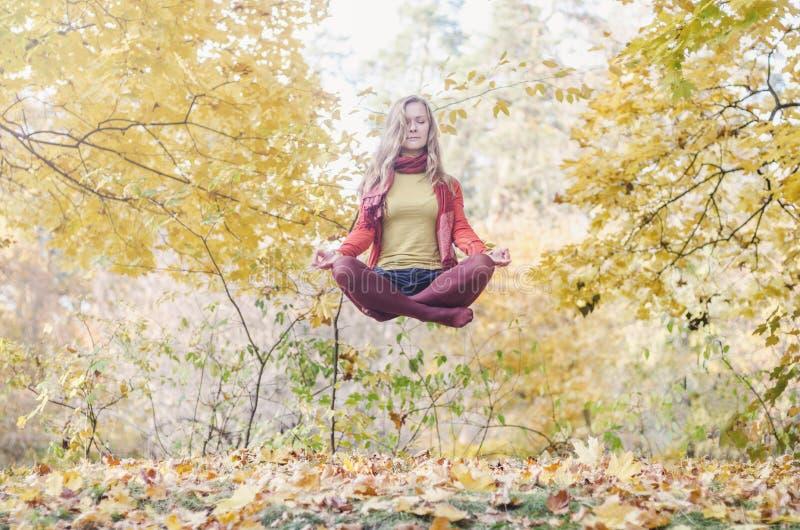 Ritratto di levitazione di bella ragazza immagine stock libera da diritti