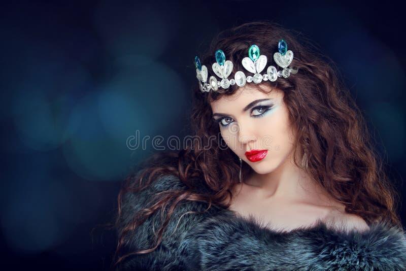 Ritratto di lusso della bella donna con capelli lunghi in pelliccia. Jewe immagini stock libere da diritti