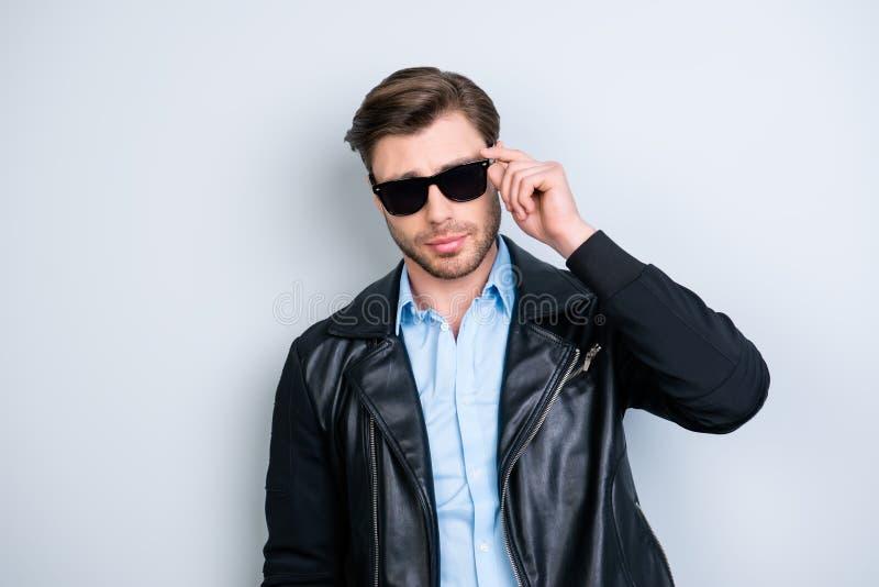 Ritratto di macho fresco e alla moda con la mano della tenuta della stoppia su ey immagini stock libere da diritti
