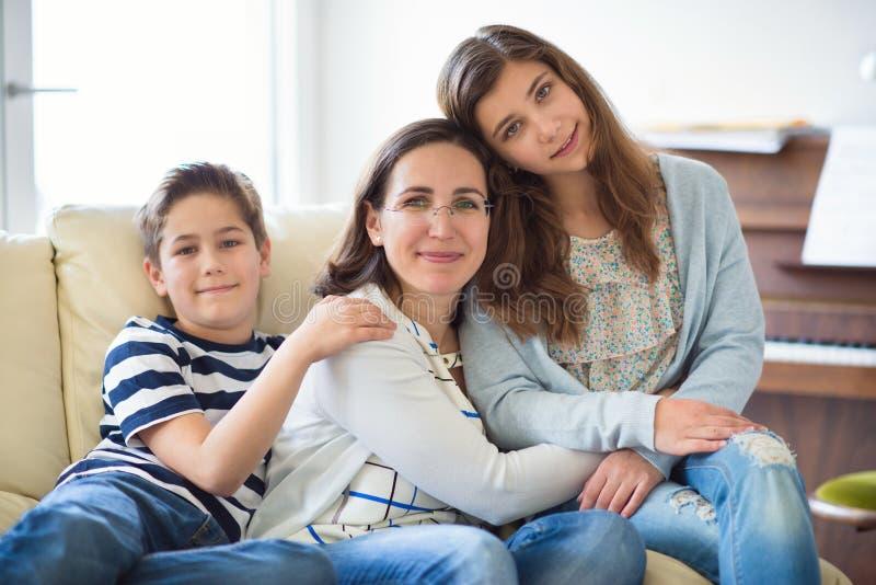 Ritratto di madre abbastanza giovane con il suoi derivato del tennager e s fotografia stock libera da diritti