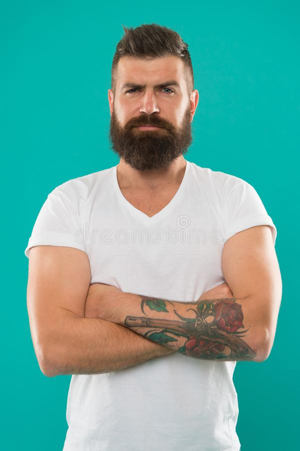 Ritratto di mascolinità Uomo barbuto Cura della barba e dei capelli Uomo brutale sicuro e bello Pantaloni a vita bassa maturi con immagini stock libere da diritti