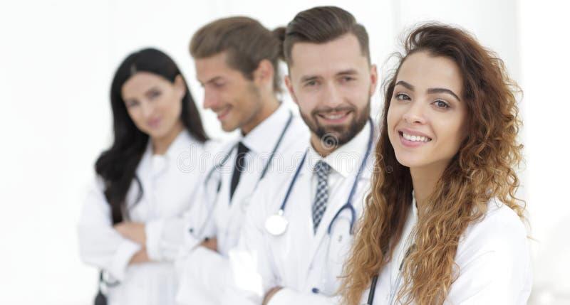 Ritratto di medici femminili con i colleghi fotografia stock