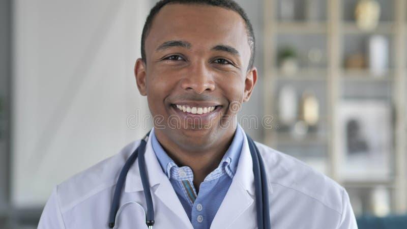 Ritratto di medico afroamericano sicuro sorridente immagini stock libere da diritti