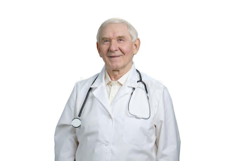 Ritratto di medico anziano felice sorridente immagine stock