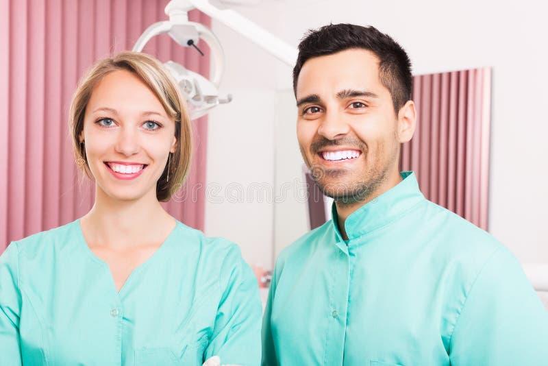 Ritratto di medico e dell'assistente immagini stock libere da diritti
