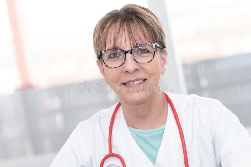Ritratto di medico femminile fotografia stock libera da diritti