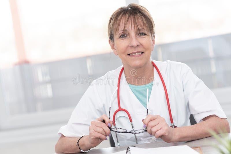 Ritratto di medico femminile immagini stock