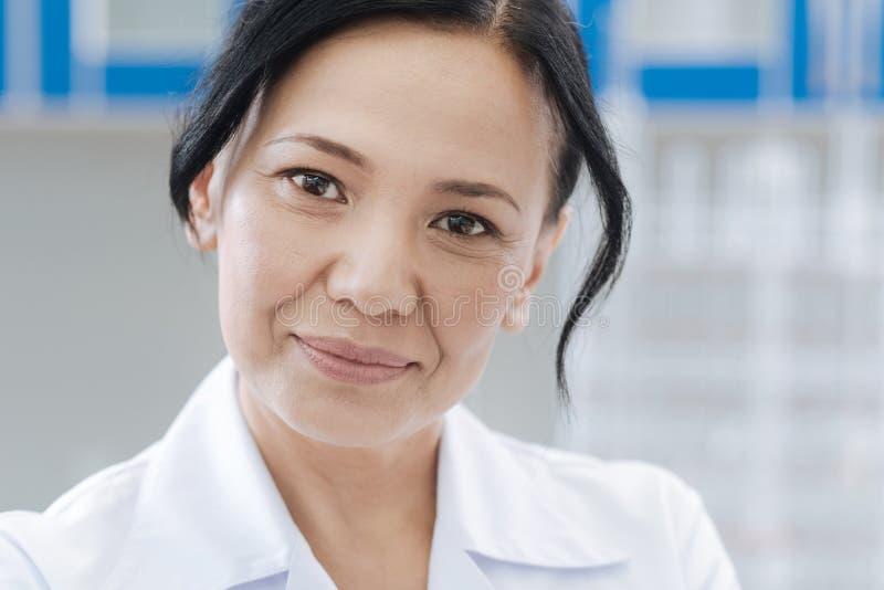 Ritratto di medico femminile che vi esamina fotografia stock
