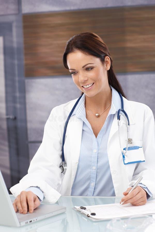 Ritratto di medico femminile sorridente fotografie stock