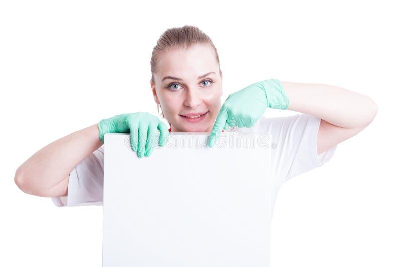 Ritratto di medico femminile sorridente felice che indica un cartone fotografia stock libera da diritti