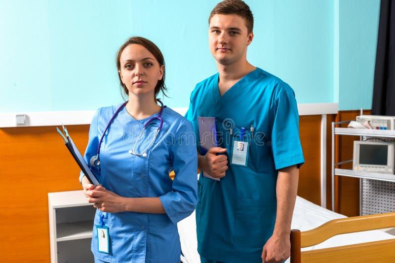 Ritratto di medico maschio e femminile in uniforme con phonendoscope fotografia stock libera da diritti