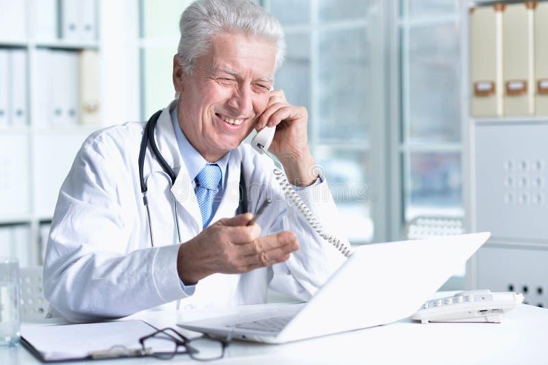Ritratto di medico maschio senior con lo stetoscopio fotografia stock