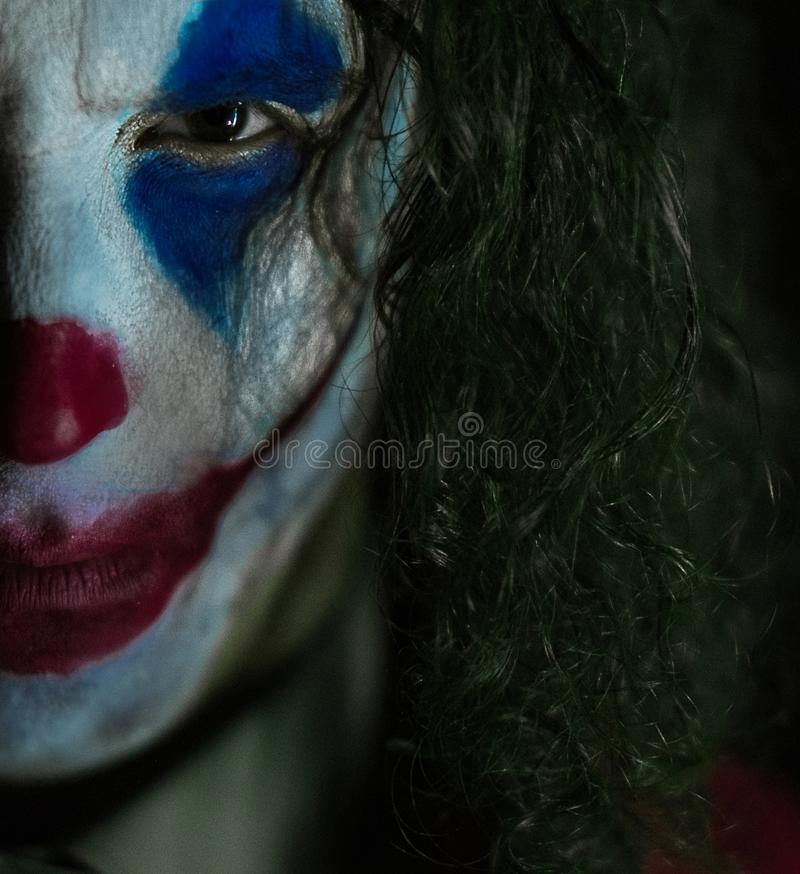 Cosplayer Nell'immagine Di Un Pagliaccio Impazzito Si Siede Ammanettato Fotografia Stock - Immagine di costume, caucasico: 161899268
