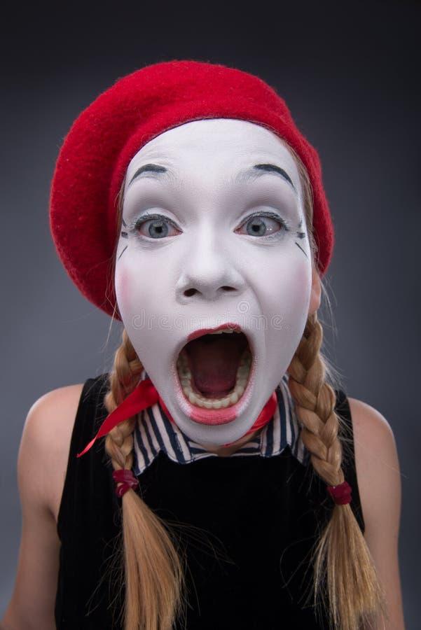 Ritratto di mimo femminile in testa di rosso e con bianco immagine stock libera da diritti