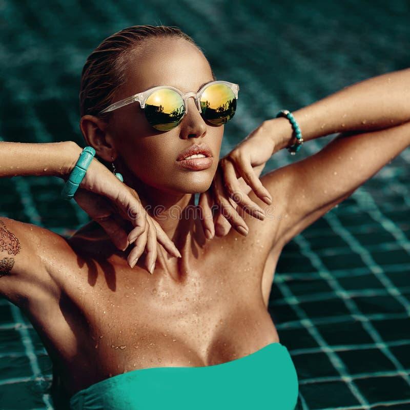 Ritratto di modo di bella donna in occhiali da sole - alto vicino immagini stock libere da diritti