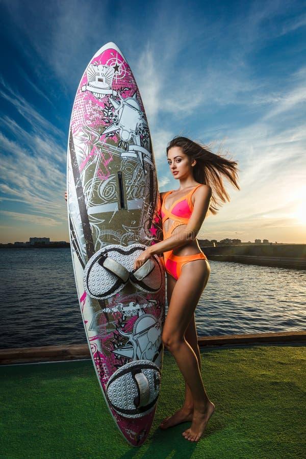 Ritratto di modo: bella ragazza con il bordo di spuma che si enjoing immagini stock libere da diritti
