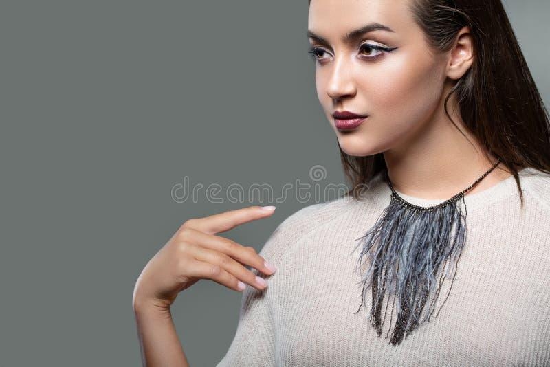 Ritratto di modo di bellezza di giovane bella ragazza che posa nello studio Trucco uguagliante luminoso, vestiti alla moda Tocchi fotografie stock