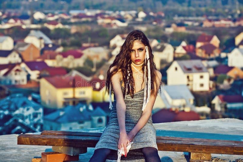 Ritratto di modo di bellezza ragazza con trucco e corde bianche in capelli fotografie stock libere da diritti