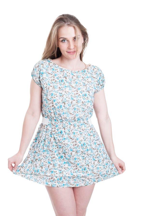 Ritratto di modo con la donna sorridente in vestito da estate fotografia stock