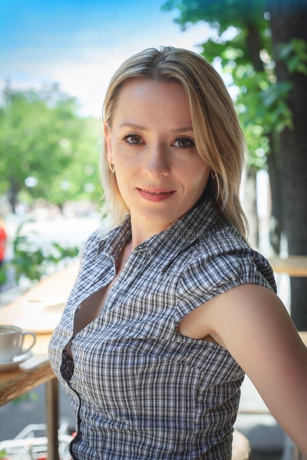 Ritratto di modo del caffè di seduta della via della giovane donna fotografie stock