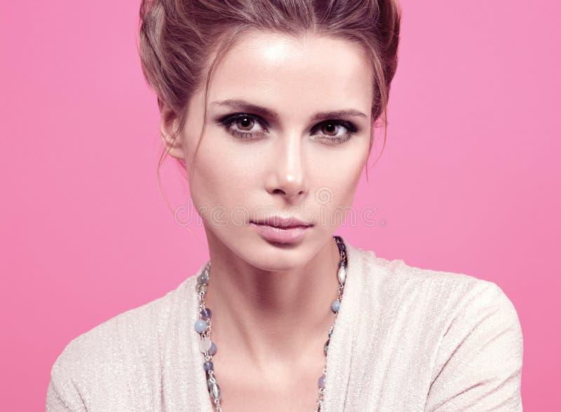 Ritratto di modo del primo piano di bella giovane donna in una blusa leggera immagine stock